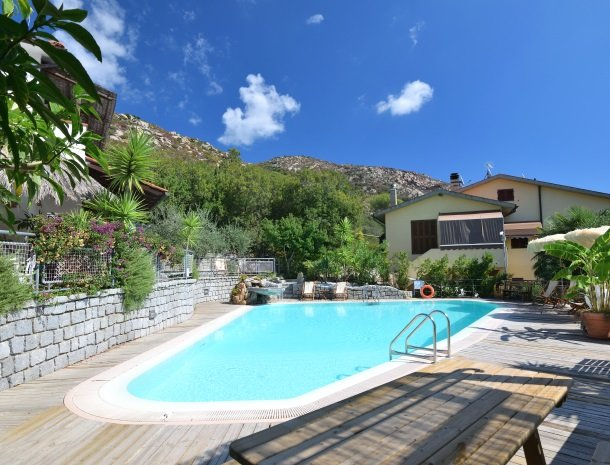 hotel-montemerlo-fetovaia-elba-zwembad-overzicht.jpg