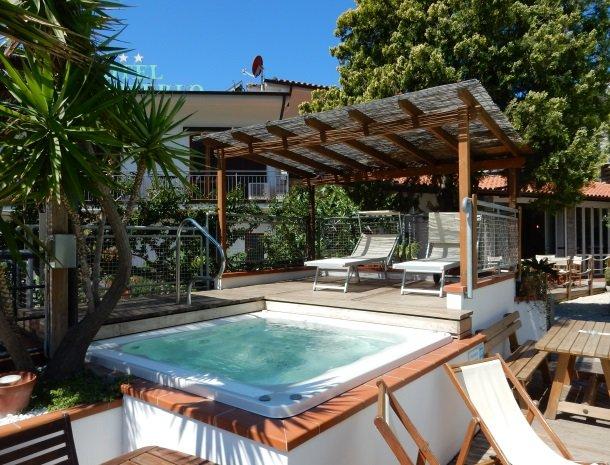 hotel-montemerlo-fetovaia-elba-whirlpool.jpg
