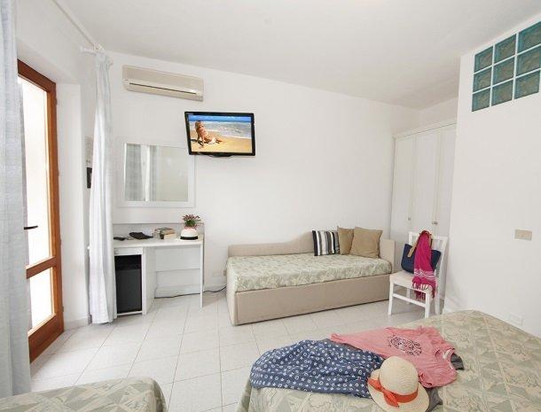 hotel-montemerlo-fetovaia-elba-slaapkamer-bedbank.jpg