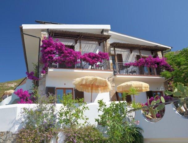 hotel-montemerlo-fetovaia-elba-bloemen-balkons.jpg