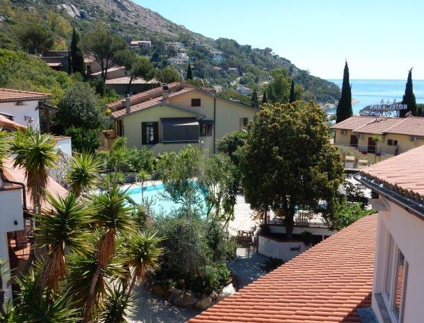hotel-montemerlo-fetovaia-elba-overzicht-zwembad-zee.jpg
