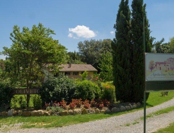 agriturismo-nobile-montepulciano-toegang-cypressen.jpg
