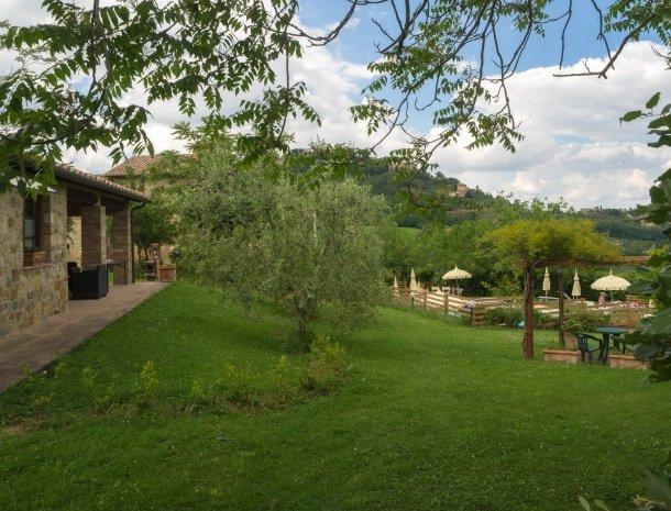 agriturismo-nobile-montepulciano-tuin-zwembad-natuur.jpg