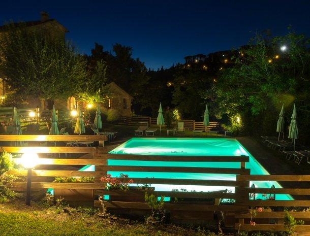agriturismo-nobile-montepulciano-zwembad-avond.jpg