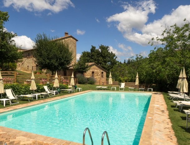 agriturismo-nobile-montepulciano-zwembad-ligstoelen.jpg