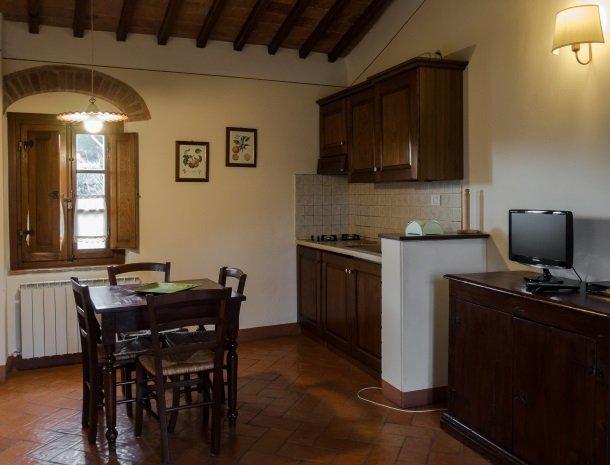 agriturismo-nobile-montepulciano-toscane-appartement-loggia-keuken.jpg