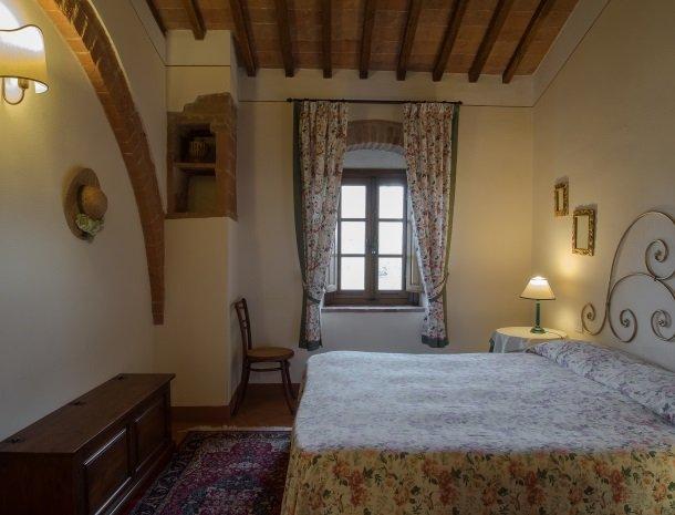 agriturismo-nobile-montepulciano-toscane-appartement-loggia-slaapkamer.jpg