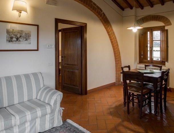 agriturismo-nobile-montepulciano-toscane-appartement-loggia-woonkamer.jpg