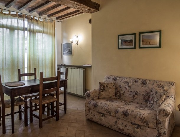 agriturismo-nobile-montepulciano-toscane-appartement-cantina-woonkamer.jpg