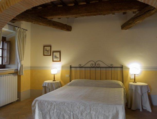 agriturismo-nobile-montepulciano-toscane-appartement-cantina-slaapkamer.jpg