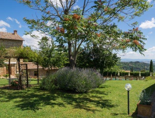 agriturismo-nobile-montepulciano-toscane-appartementen-tuin-lavendel.jpg