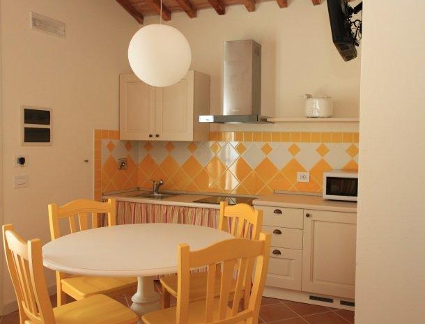 agriturismo-campallegro-cecina-appartement-ilgirasole-keuken.jpg