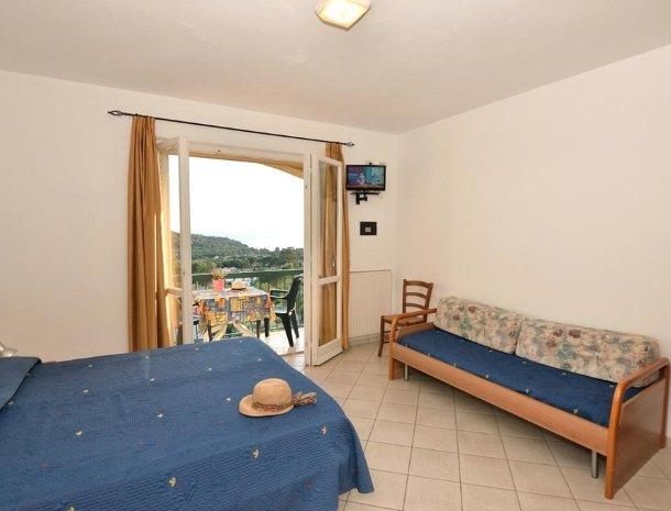 residence-minihotel-lacona-appartementen-slaapbank-balkon.jpg