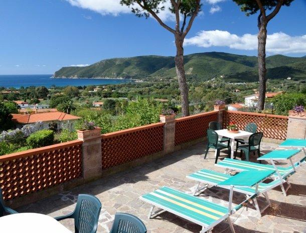 residence-minihotel-lacona-terras-uitzicht-zee.jpg