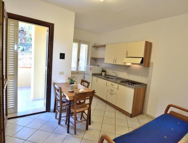 residence-minihotel-lacona-appartementen-keuken-slaapbank.jpg