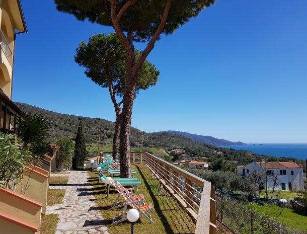 residence-minihotel-lacona-appartementen-ligstoel-uitzicht-zee.jpg