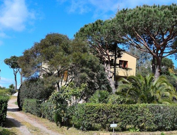 residence-minihotel-lacona-appartementen-zijkant-bomen.jpg