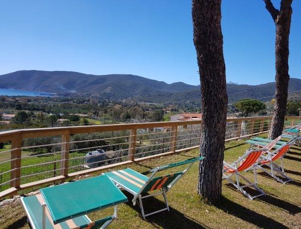 residence-minihotel-lacona-appartementen-ligstoelen-uitzicht-zee.jpg