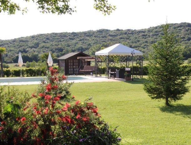 agrisantanna-appartementen-toscane-zwembad-gazebo.jpg