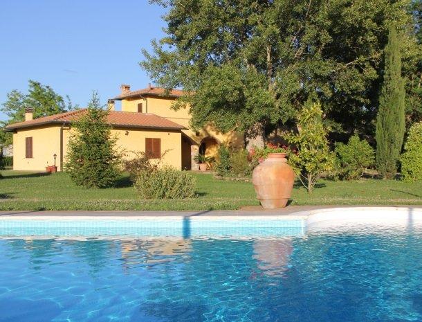 agrisantanna-appartementen-toscane-zwembad-huis.jpg