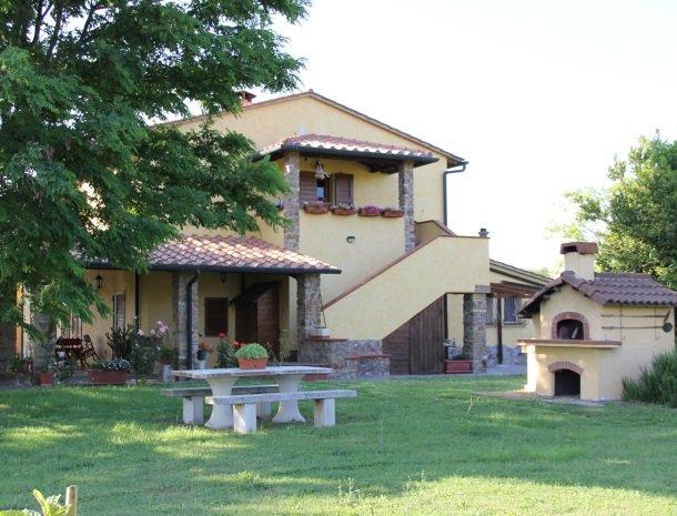 agrisantanna-appartementen-toscane-tuin-barbecue.jpg