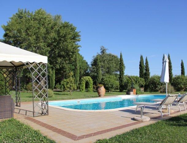 agrisantanna-appartementen-toscane-zwembad-parasol.jpg