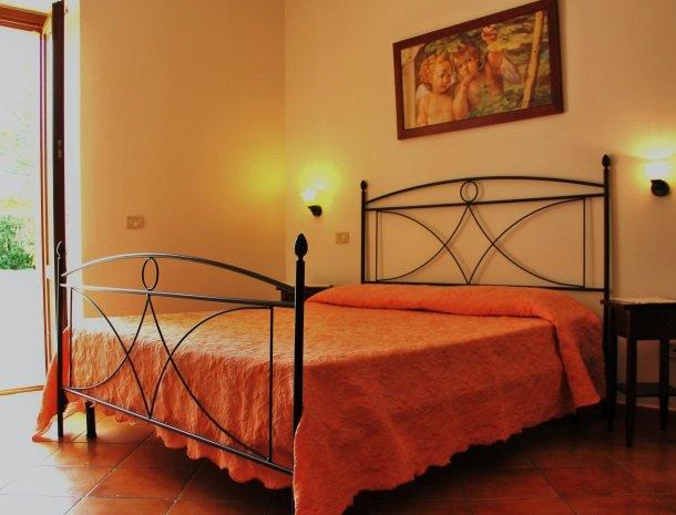 agrisantanna-appartementen-toscane-slaapkamer-bed-noce.jpg