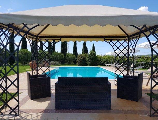 agrisantanna-appartementen-toscane-zwembad-prieel.jpg