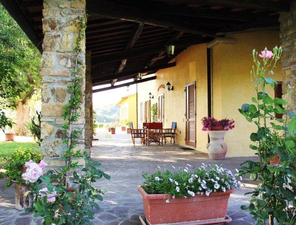 agrisantanna-appartementen-toscane-terras-hoofdgebouw.jpg