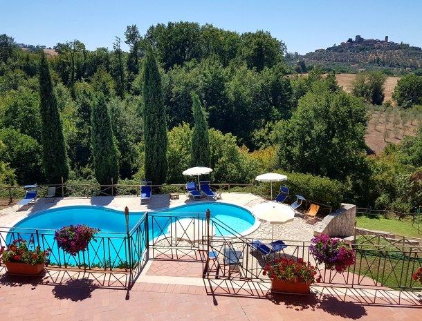 agriturismo-podere-santa-croce-toscane-het-zwembad-uitzicht.jpg