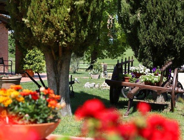 agriturismo-podere-santa-croce-toscane-bloemen-tuin.jpg