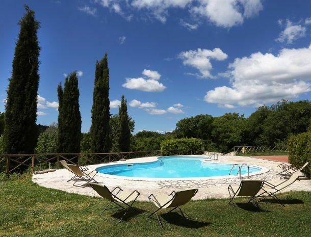 agriturismo-podere-santa-croce-toscane-het-zwembad-cypressen.jpg