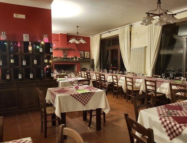 agriturismo-podere-santa-croce-toscane-restaurant.jpg