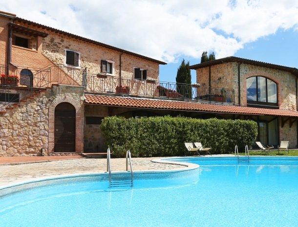 agriturismo-podere-santa-croce-toscane-het-zwembad.jpg