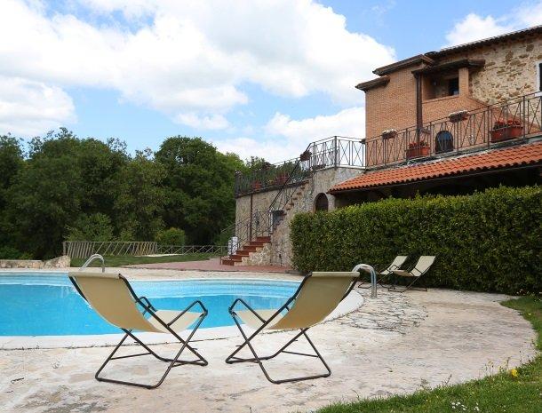agriturismo-podere-santa-croce-toscane-het-zwembad-ligstoel.jpg