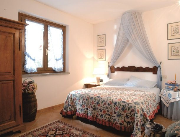 agriturismo-la-rombaia-castiglione-della-pescaia-appartement-cantina-slaapkamer.jpg