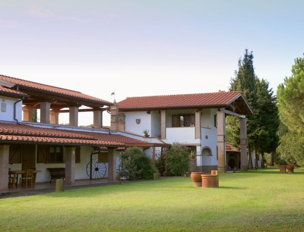 agriturismo-la-rombaia-castiglione-della-pescaia-appartementen-achterkant-tuin.jpg
