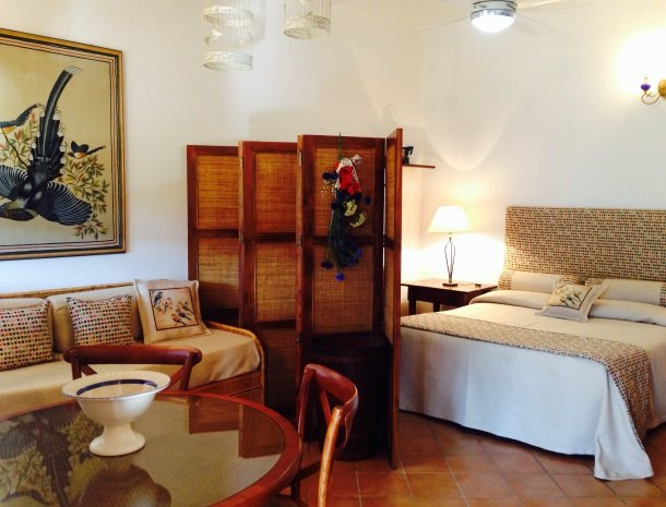agriturismo-la-rombaia-castiglione-della-pescaia-appartement-colombaia-slaapkamer.jpg