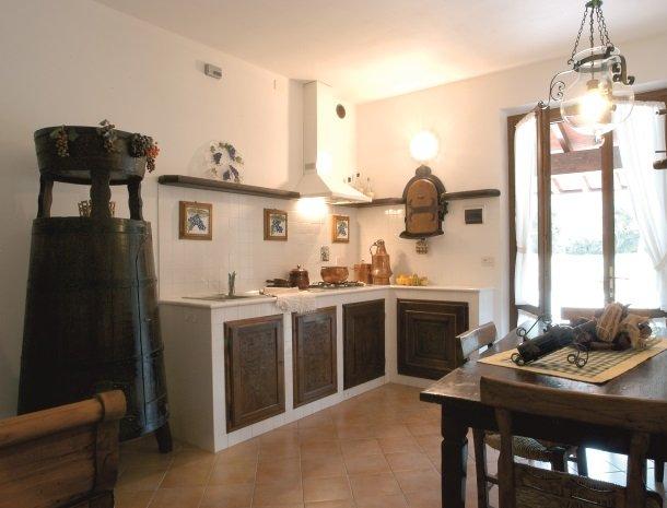agriturismo-la-rombaia-castiglione-della-pescaia-appartement-cantina-keuken.jpg