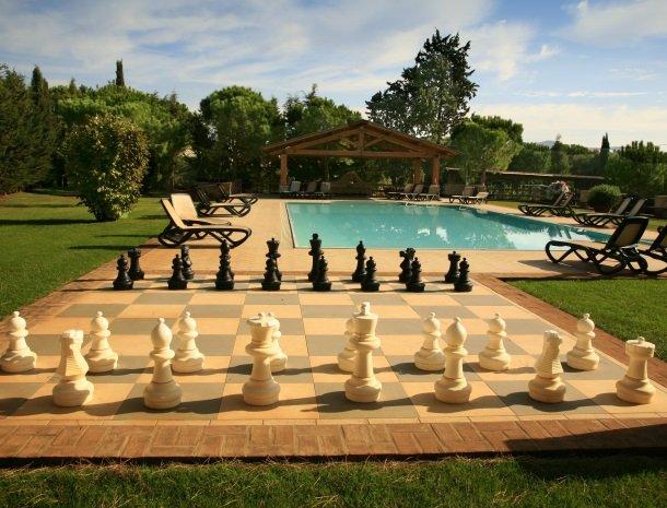 agriturismo-la-rombaia-castiglione-della-pescaia-zwembad-schaakspel.jpg