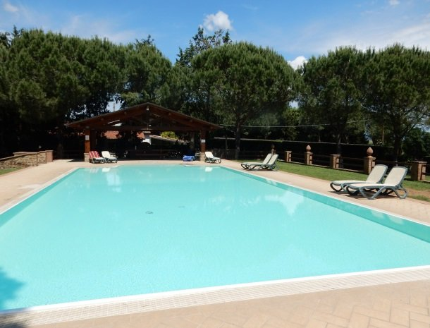agriturismo-la-rombaia-castiglione-della-pescaia-zwembad-overzicht.jpg