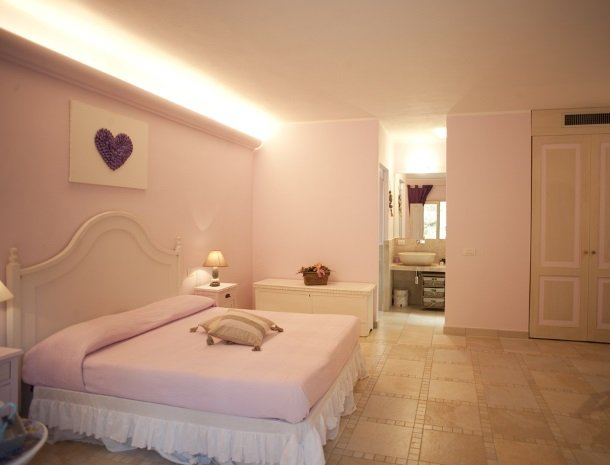 agriturismo-la-cianella-maremma-slaapkamer-roze.jpg