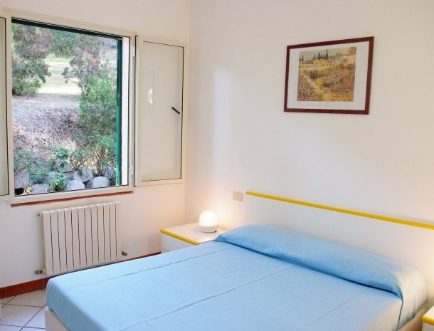 residence-della-luna-porto-azzurro-elba-appartementen-slaapkamer-raam.jpg