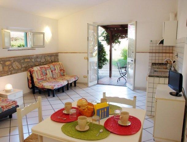 residence-della-luna-porto-azzurro-elba-appartementen-woonkamer-slaapbank.jpg