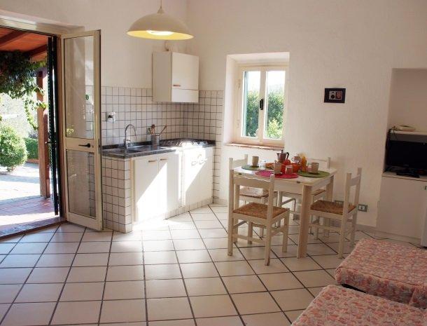 residence-della-luna-porto-azzurro-elba-appartementen-keuken.jpg