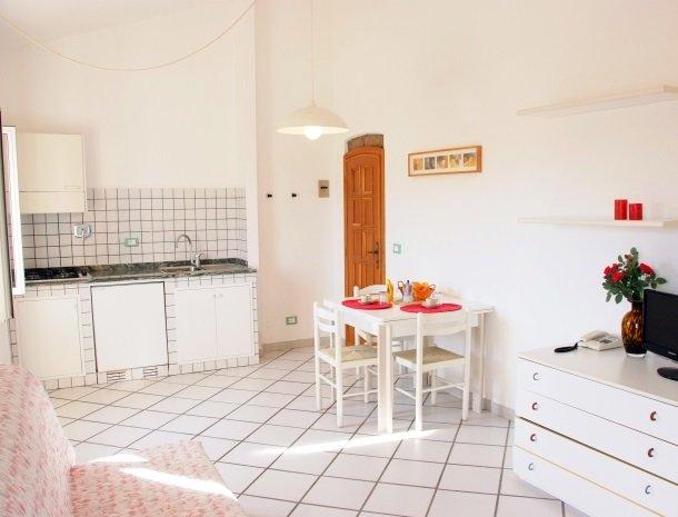 residence-della-luna-porto-azzurro-elba-appartementen-keuken-eettafel.jpg