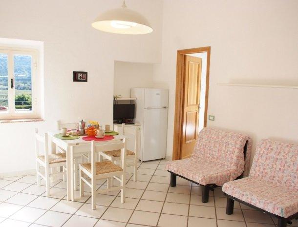 residence-della-luna-porto-azzurro-elba-appartementen-eettafel.jpg