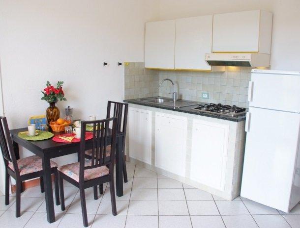 residence-della-luna-porto-azzurro-elba-appartementen-keuken-eten.jpg