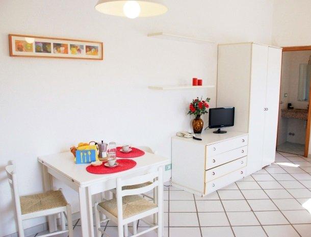 residence-della-luna-porto-azzurro-elba-appartementen-woonkamer.jpg