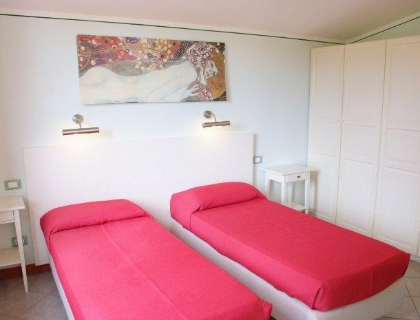 residence-della-luna-porto-azzurro-elba-appartementen-bedden-kast.jpg